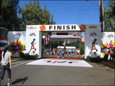 2006 Honolulu Marathon - Finish line